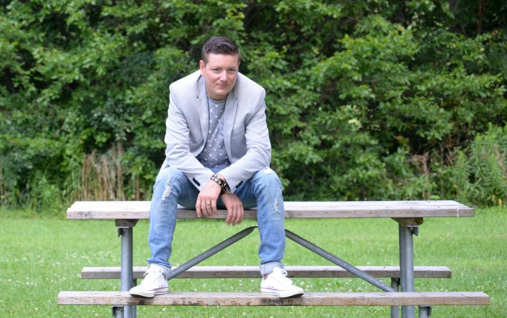 walk in the park, grey blazer, zara blazer, polka dot tee, skinny jeans, white sneakers, denim, black bracelet