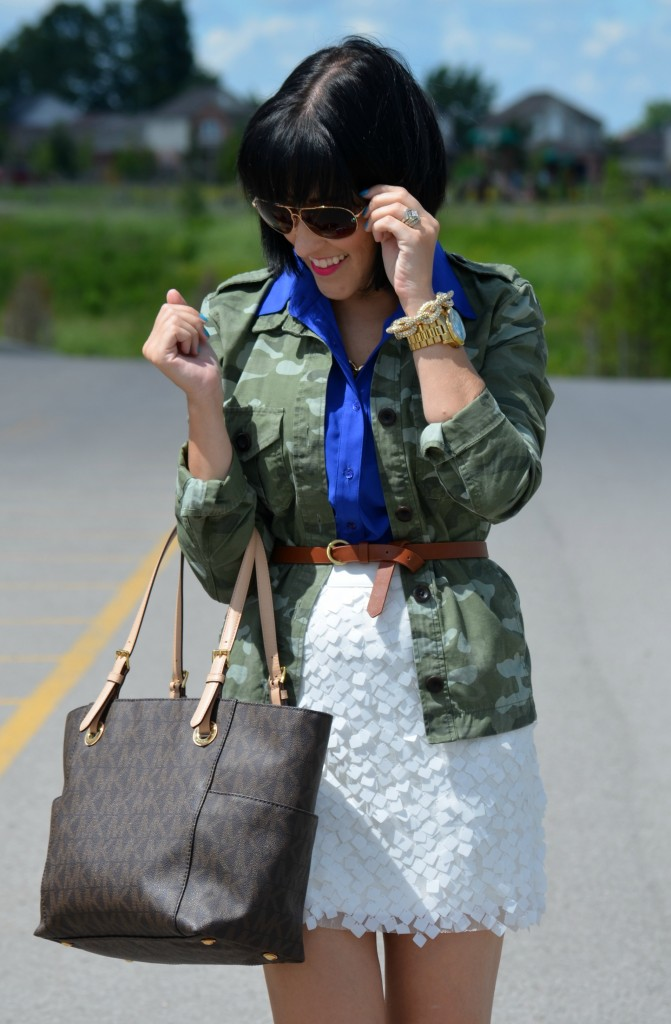 sunnies, how to wear a mini skirt, killers heels, statement necklace, gold chain