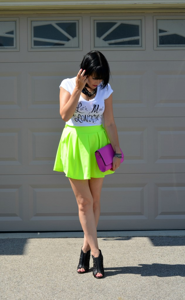 Smart Set tee, Let's Meet in London, white tee, t-shirt, logo tee, neon, short skirt, black heels, purple clutch, H&M