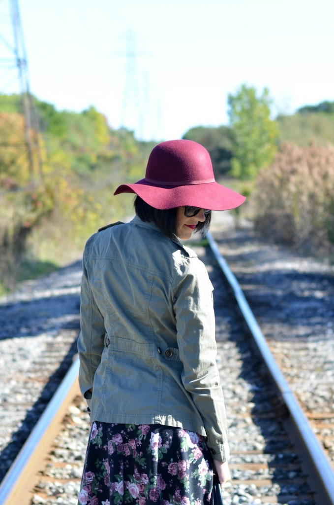 Wide-brimmed floppy hats